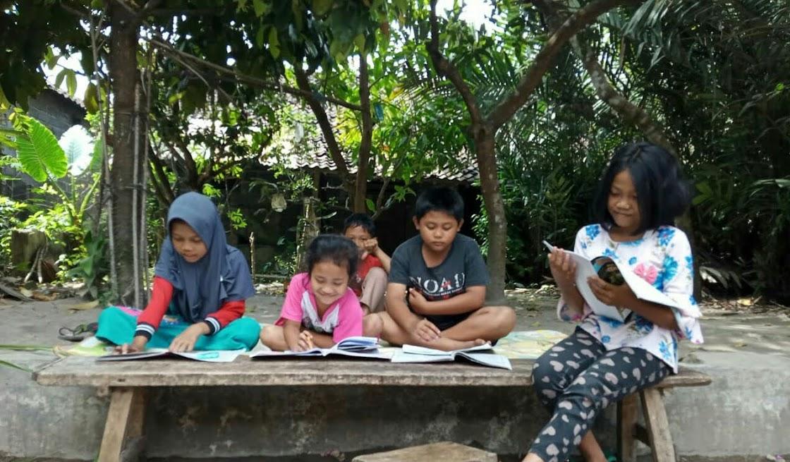 Image : Kreatif, Anak-anak ini Belajar Kelompok di Kebun Agar Tidak Cepat Jenuh