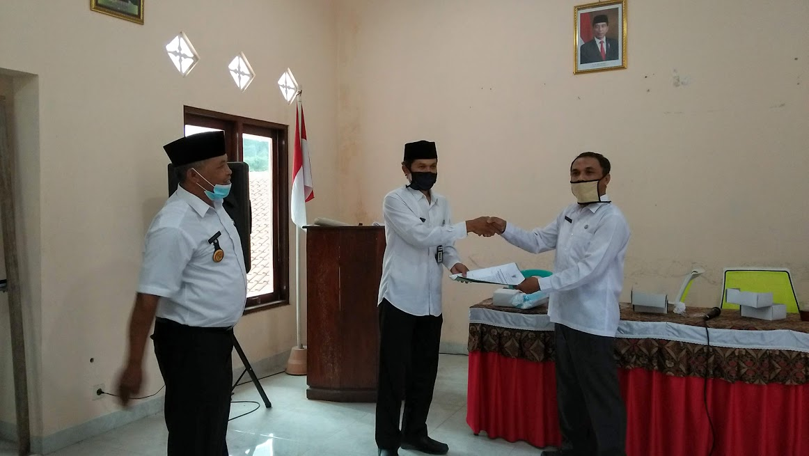 Image : Serah Terima Jabatan Sekdes Banyuadem ke PLT Dilaksanakan Secara Sederhana, Tapi Penuh Khidmat dan Belangsung Lancar